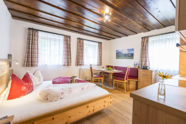 Biohof Maurachgut - Appartement Schlossalmblick - Wohnraum mit Sitzecke