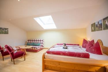 Biohof Maurachgut - Appartement Talblick - Schlafzimmer mit Couch