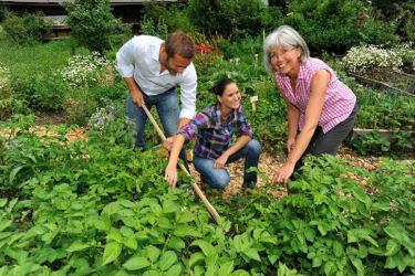Gerlinde erklärt gerne Ihren Kräutergarten