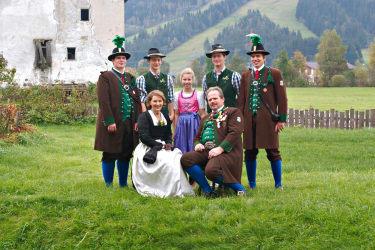 Thurnhof-Familie im Festgewand