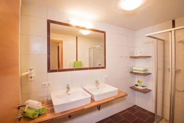 Modernes Badezimmer mit viel Platz