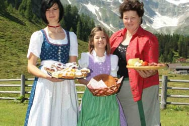 Chefin Hilda mit Almmädels