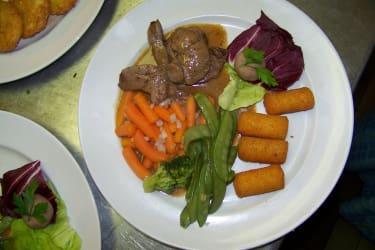 Fleisch mit Sauce und Kroketten
