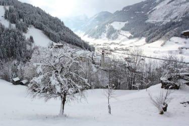 Blick auf Kirche im Winter