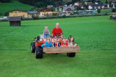 Kinder beim Metrac-Fahren