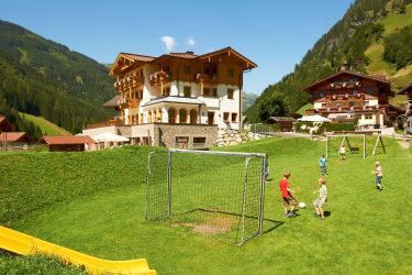 Spielplatz mit Fußballplatz