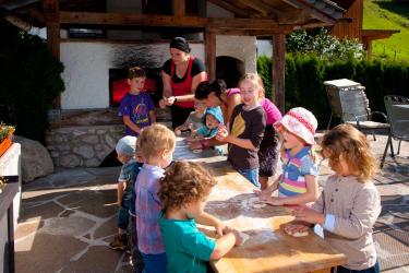Brotbacken bei der Kinderbetreuung