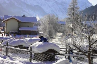 Kinder toben im Winter im Kleintierzoo