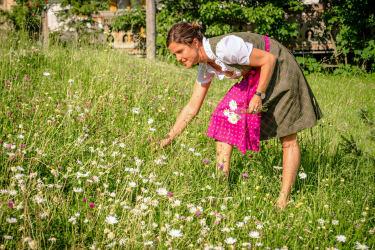 Andrea beim Blumenplücken
