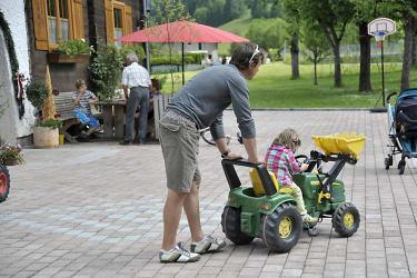 ... mit der Traktor über dem Hofplatz ...