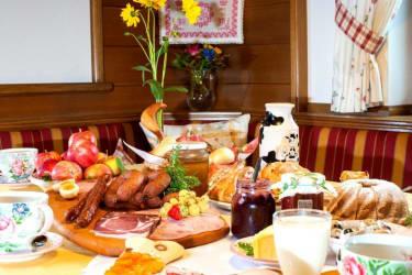 Köstliches Frühstück mit eigenen Hofprodukten