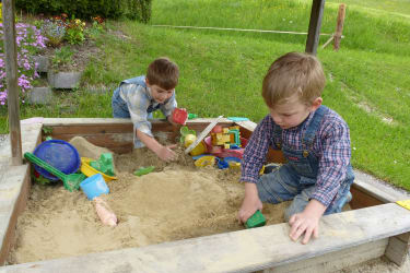 Lukas und Jonas am Spielplatz