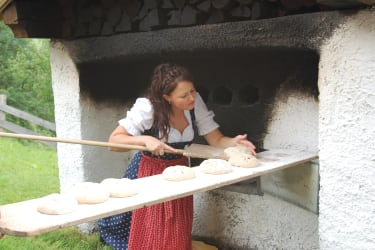 Das Brot kommt in den Ofen !