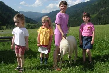 Kinder mit Schaf Sofie