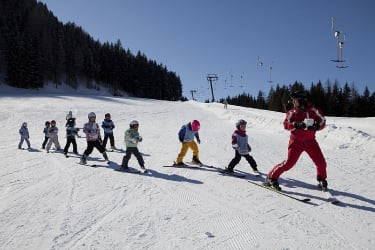 Skifahren macht den Kindern in der Gruppe Spaß