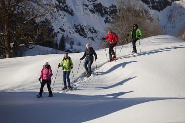 Auch Schneeschuhwandern ist sehr beliebt- Es gibt alles vor Ort zum Ausleihen