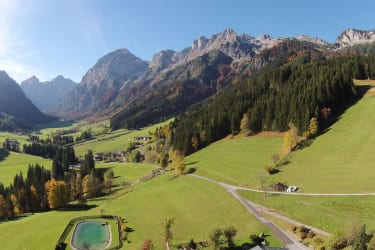 Berghof Wildau mit Badesee und Talschluß Lammertal