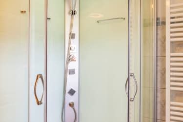 Dusche direkt neben Infrarotkabine