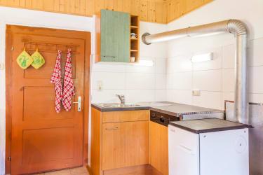 auch ein Holzofen zum selberheizen steht in der Küche