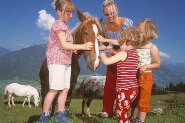 Kinder mit Pferd