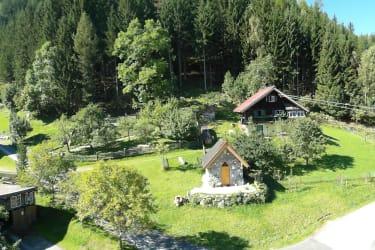Blick vom Gasthof zum Jagdhaus und zur Chrisophoruskapelle unseres Hofes