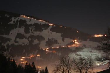 Die Winterrodelbahn in Hofnähe (6 km Länge !!), beleuchtet bis 2.00 Uhr früh - einfach pure Lebensfreude