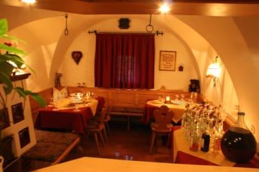 Unser Gewölbestüberl mit warmen Kachelofen - der Lieblingsplatz unserer Gäste im Winter