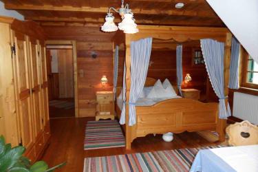 Romantikzimmer Blaue Schleife, Himmelbett mit Spiegeldecke