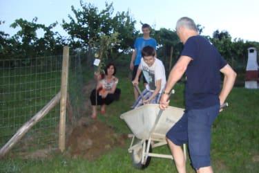 Gäste pflanzen ihren Baum für 10 Jahre Urlaub bei uns