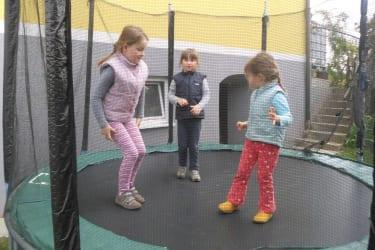 Die Kinder toben sich im Trampolin aus
