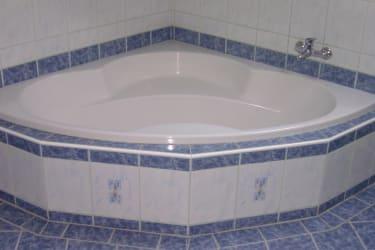 Die Eckbadewanne im Badezimmer