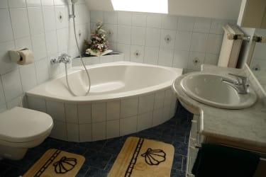 Ein geräumiges Badezimmer erwartet Sie