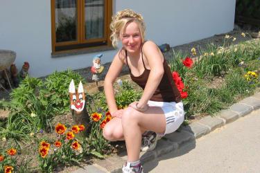 Tochter Sandra mit dem Osterhasen