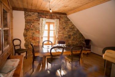 Wohnküche im Zirbenlandapartment , Mauerwerk original aus dem Jahre 1825