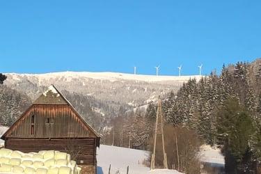 Ausblick im Winter zu den Windrädern