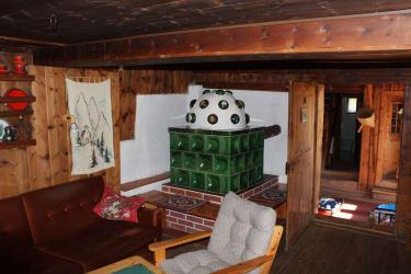Hüttenurlaub - gemütliche Stube mit Kachelofen