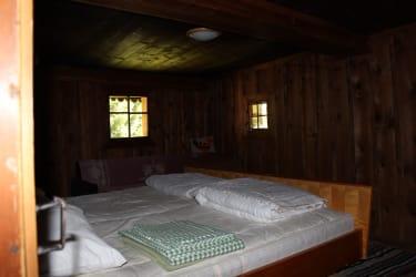 Ruhige Almhütte, umgeben von Bäumen, mit viel Holz ausgestattet