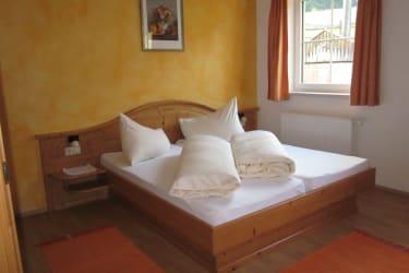Schlafzimmer mit Vollholzmöbel