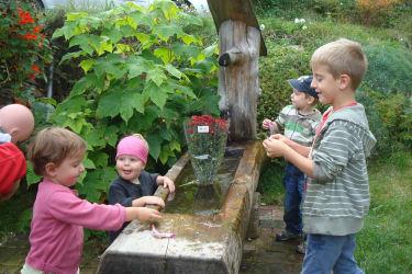 Kinder auf der Zauneralm im Seewigtal