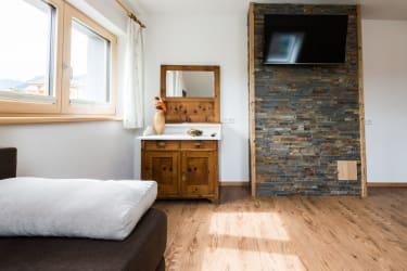 Wohnzimmer mit Zirbenschrank