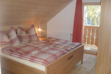 Schlafzimmer mit Ehebett und Einzelbett, Balkon südseitig