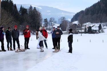 Kräftemessen beim Eisstockschießen auf der eigenen Eisbahn