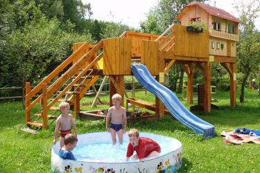 Das Kinderspielhaus der Mittelpunkt unseres Spielplatzes