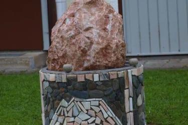 Der Brunnen am Hof mit den plätschern des Wassers