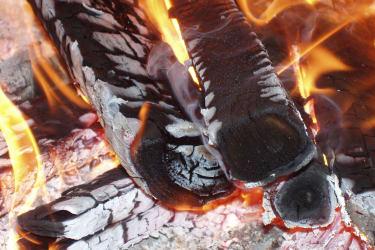 Das Feuer macht eine knisternte Atomosphäre in  der Küche des Ferienhaus