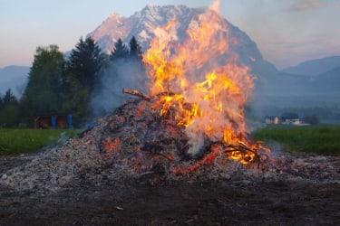 Das Osterfeuer entzünden wir immer am  Ostersonntagmorgen um 4 Uhr