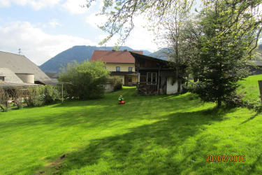 Liegewiese und Haus