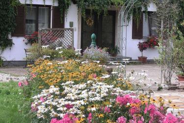 Nebenhaus mit Blumen