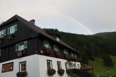 Regenbogen über'm Hof