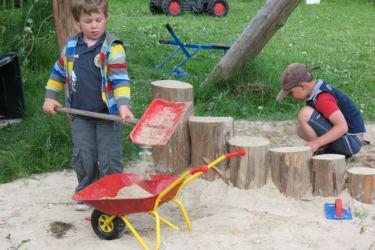 Kinder am Sandhaufen